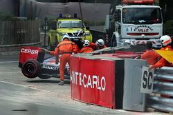 De Red Bull Racing RB11 van Max Verstappen, Scuderia Toro Rosso, wordt weggetakeld nadat hij uit de race is gecrasht