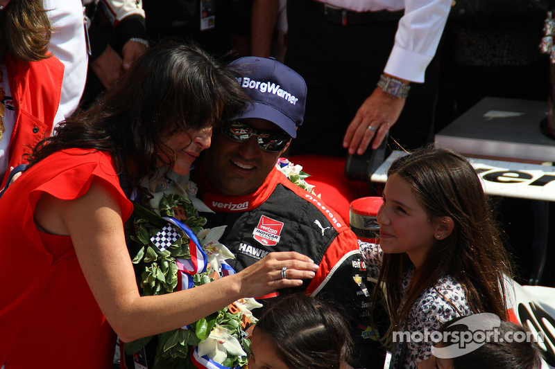 Race winner Juan Pablo Montoya, Team Penske Chevrolet with his family