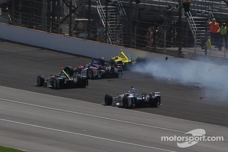 Sage Karam, Chip Ganassi Racing Chevrolet, dan Takuma Sato, A.J. Foyt Enterprises crash
