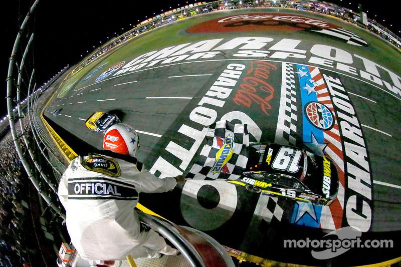 Carl Edwards, Joe Gibbs Racing, Toyota, bei der Zieldurchfahrt