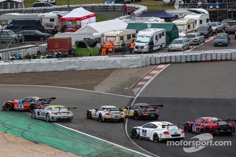 Start: #20 Schubert Motorsport, BMW Z4 GT3: Dominik Baumann, Claudia Hürtgen, Jens Klingmann und Martin Tomczyk führen das Feld in die erste Kurve