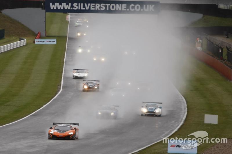 Start: #12 Von Ryan Racing, McLaren 650S: Gilles Vannelet, Adrian Quaife-Hobbs, in Führung