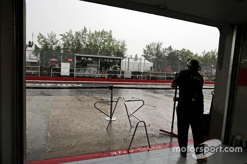 Sahara Force India F1 Team, Mechaniker schützt die Box vor Regen