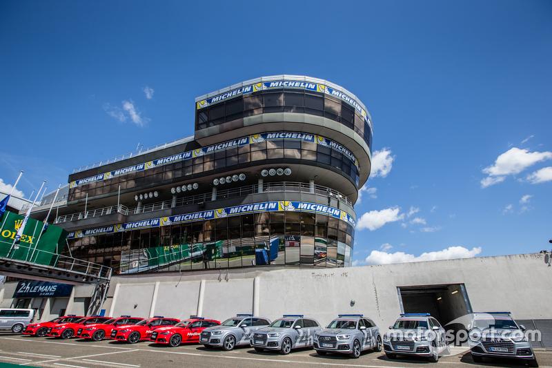 Der Turm der Rennleitung und die Sicherheitsfahrzeuge