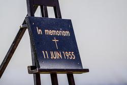 Upacara untuk memperingati tragedi 24 Hours of Le Mans 1955
