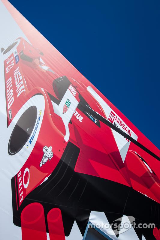 Nissan Motorsports паддок area та лого / signage