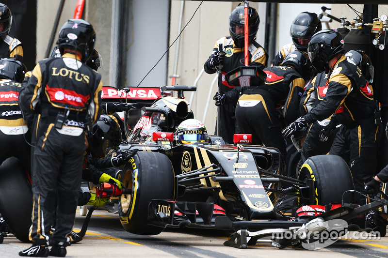 Romain Grosjean, Lotus F1 E23, beim Boxenstopp