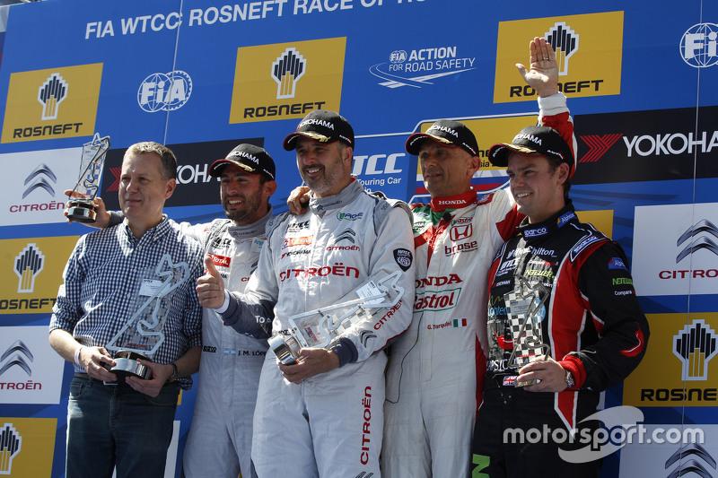 Primer lugar, Yvan Muller, Citroën C-Elysée WTCC, Citroën World Touring Car team, segunda posición, José María López, Citroën C-Elysée WTCC, Citroën World Touring Car team y tercera posición Gabriele Tarquini, Honda Civic WTCC, Honda Racing Team JAS