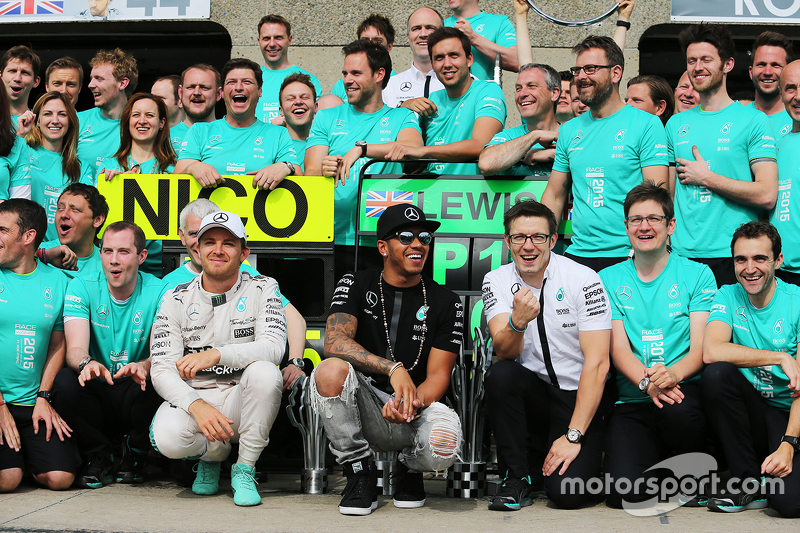 1. Lewis Hamilton, Mercedes AMG F1, feiert mit 2. Nico Rosberg, Mercedes AMG F1 und dem Team