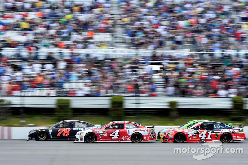 Мартін Труекс мол., Furniture Row Racing Chevrolet та Кевін Харвік та Курт Буш, Stewart-Haas Racing Chevrolets