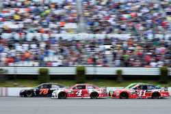 Martin Truex Jr., Furniture Row Racing Chevrolet y Kevin Harvick y Kurt Busch, Stewart-Haas Racing C