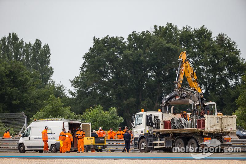Armco diperbaiki menyusul kecelakaan dari #48 Murphy Prototypes ORECA 03R: Nathanael Berthon, Mark P