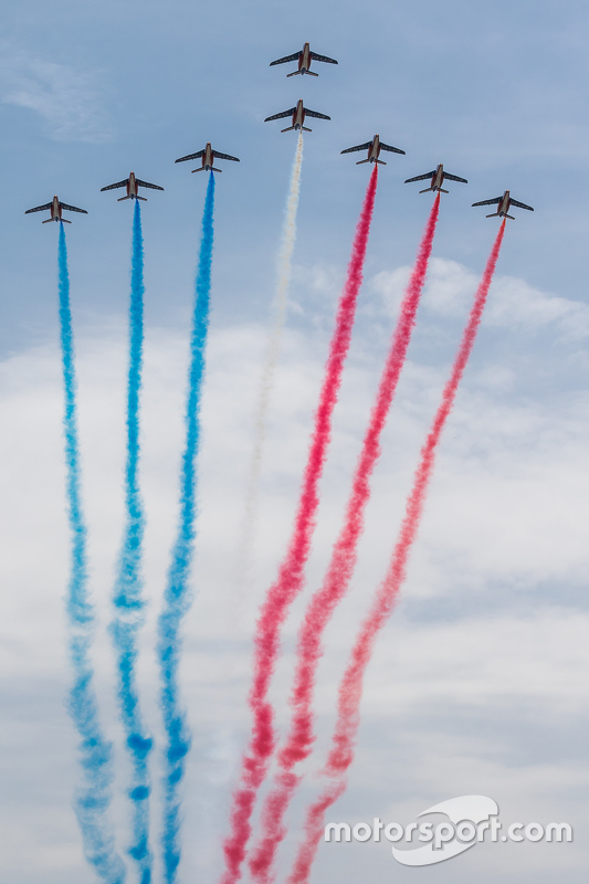 Esquadrilha francesa sobrevoando o Circuito de La Sarthe