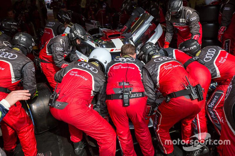 Die Boxencrew arbeitet am #8 Audi Sport Team Joest, Audi R18 e-tron quattro: Lucas di Grassi, Loic Duval, Oliver Jarvis