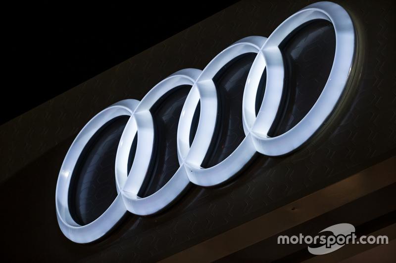 Audi-Logo bei Nacht angestrahlt