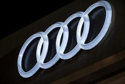 Logo Audi iluminado de noche