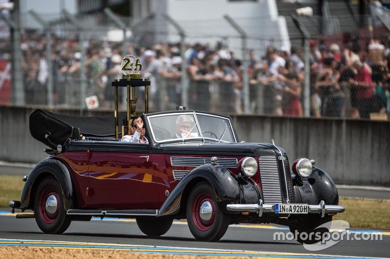 Präsentation der Siegertrophäe für die 24 Stunden von Le Mans