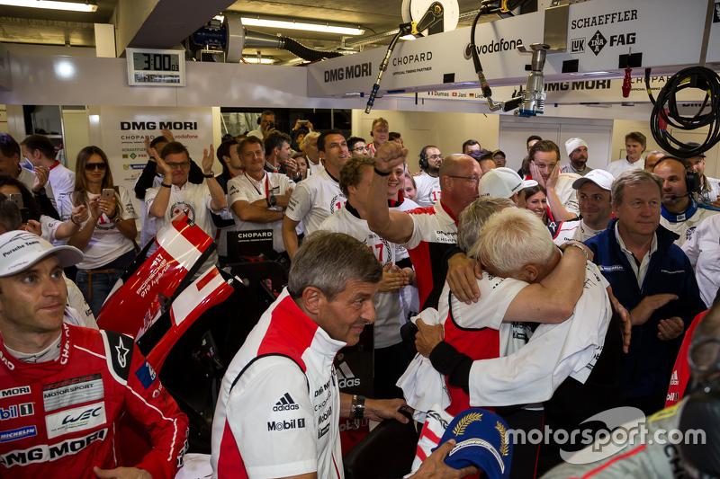 Porsche feiert den Le-Mans-Sieg in der Garage