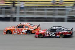 Daniel Suarez, Joe Gibbs Racing Toyota y Chris Buescher, Roush Fenway Racing Ford