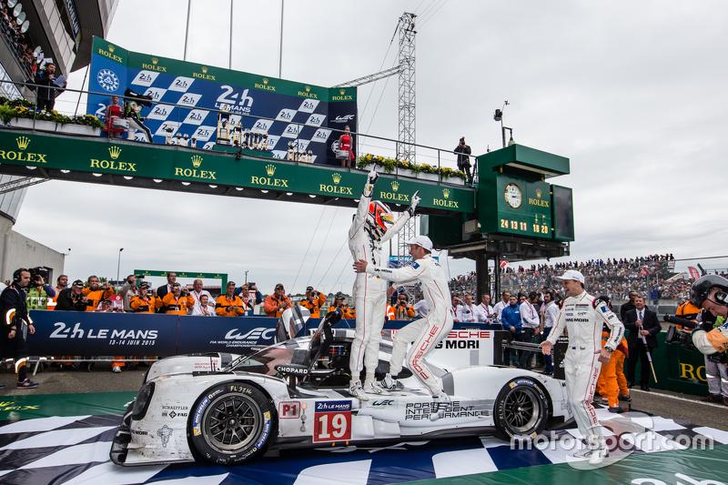 Parc fermé: Переможці гонки #19 Porsche Team Porsche 919 Hybrid: Ніко Хюлкенберг, Нік Тенді, Ерл  Бембер святкування