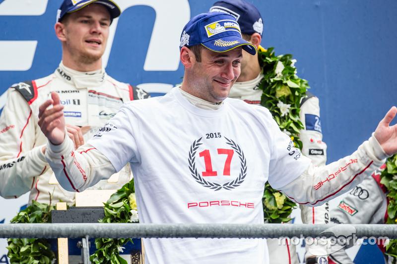 LMP1-Podium: Klassen- und Gesamtsieger, Porsche Team: Nico Hülkenberg, Nick Tandy und Earl Bamber feiern den 17. Sieg von Porsche in Le Mans