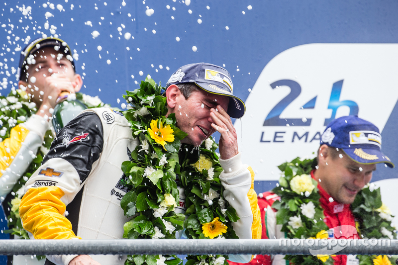 LMGT-Pro-Podium: Klassensieger #64 Corvette Racing, Corvette C7.R: Oliver Gavin feiert mit Champagner