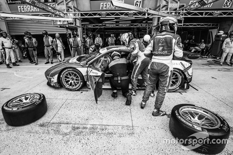 Pit stop for #61 AF Corse Ferrari 458 GTE: Peter Ashley-Mann, Raffaele Giammaria, Matteo Cressoni