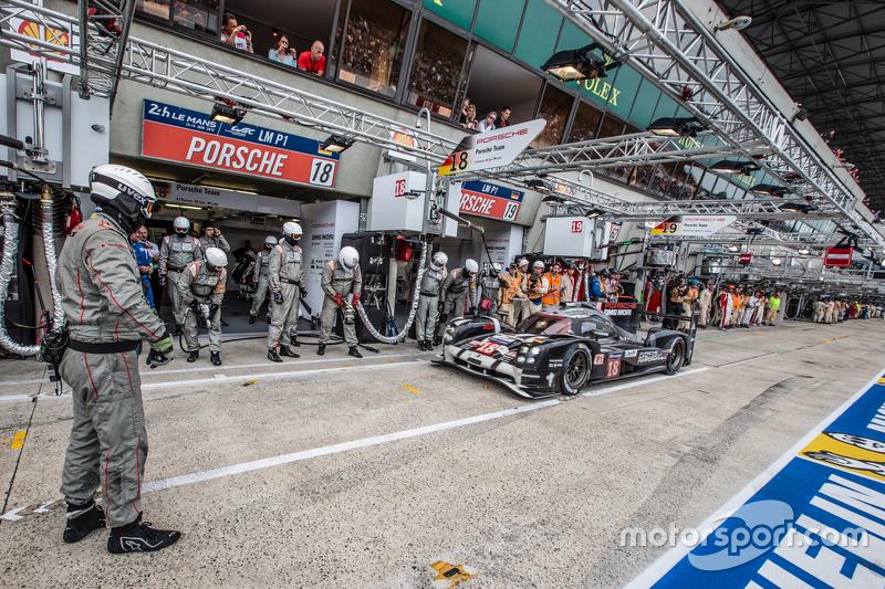 Pit stop untuk  #18 Porsche Team Porsche 919 Hybrid: Romain Dumas, Neel Jani, Marc Lieb