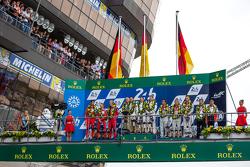 LMP1 podium: klasse en overall winnaar Porsche Team: Nico Hulkenberg, Nick Tandy, Earl Bamber, tweed
