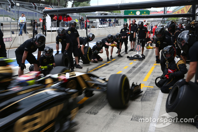 Pastor Maldonado, Lotus F1 E23 practices a pit stop