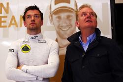 Тест-пилот Lotus F1 Джолион Палмер и его отец Джонатан Палмер