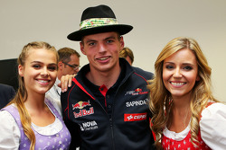 Max Verstappen, Scuderia Toro Rosso met Formula Una meisjes