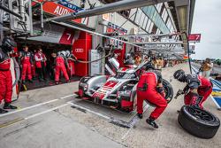 Arrêt au stand pour la #7 Audi Sport Team Joest Audi R18 e-tron quattro: Marcel Fässler, Andre Lotterer, Benoit Tréluyer