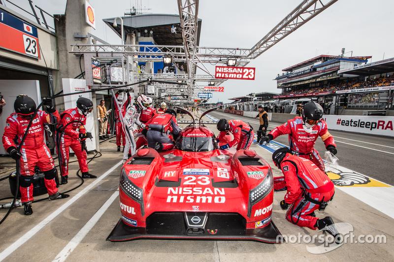 Pit stop untuk #23 Nissan Motorsports Nissan GT-R LM NISMO: Olivier Pla, Jann Mardenborough, Max Ch