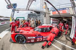 Pitstop voor #23 Nissan Motorsports Nissan GT-R LM NISMO: Olivier Pla, Jann Mardenborough, Max Chilton