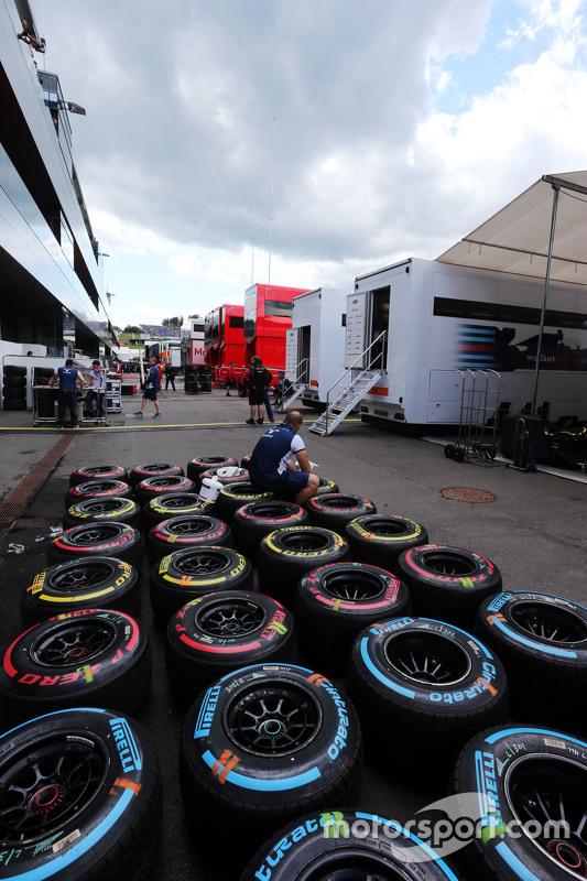 Pneus Pirelli sendo lavados pelos mecânicos da Williams