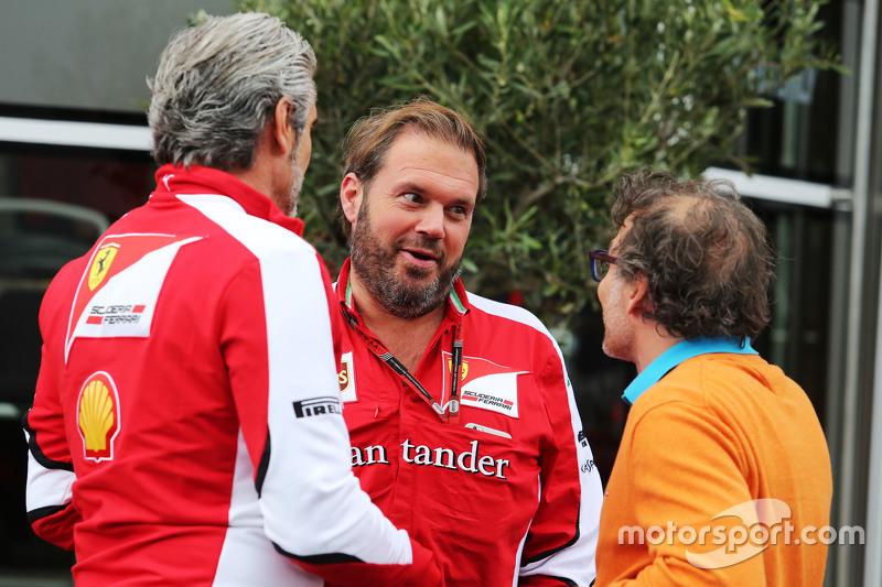 Maurizio Arrivabene, Ferrari-Teamchef, mit Gino Rosato, Ferrari, und Jacques Villeneuve