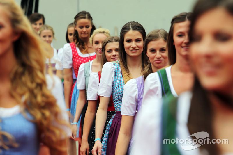 Chicas Formula Una en el desfile de pilotos GP de Austria