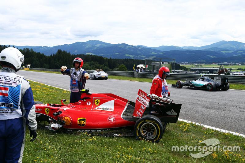 Ніко Росберг, Mercedes AMG F1 W06 проїжджає пошкоджену Ferrari SF15-T Кімі Райкконена, Ferrari