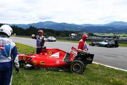 Nico Rosberg, Mercedes AMG F1 W06 passes the damaged Ferrari SF15-T of Kimi Raikkonen, Ferrari