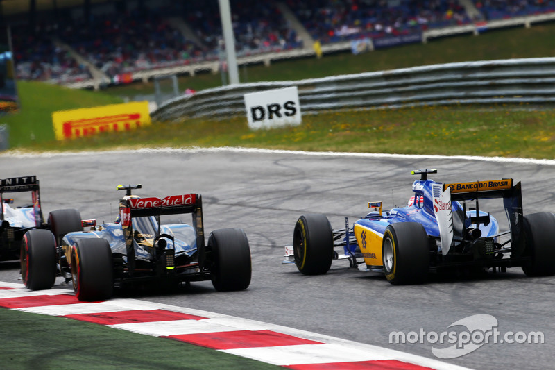 Pastor Maldonado, Lotus F1 E23 and Felipe Nasr, Sauber C34 battle for position