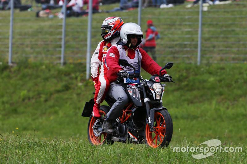 Kimi Räikkönen, Ferrari, kehrt nach seinem Ausfall mit einem Moped zurück zur Box