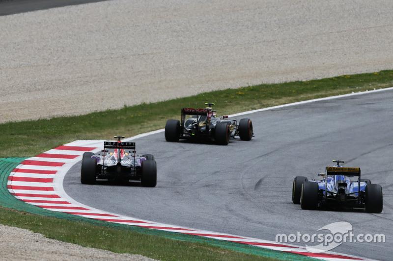Daniil Kvyat, Red Bull Racing RB11 and Felipe Nasr, Sauber C34,