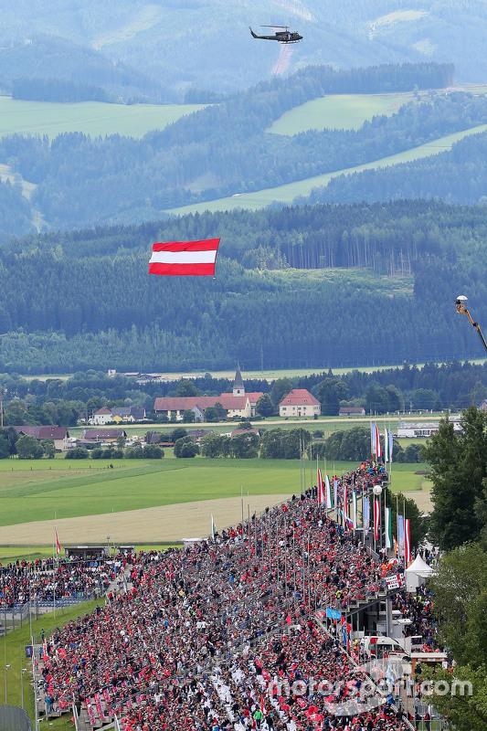 Ein Hubschrauber mit der österreichischen Flagge