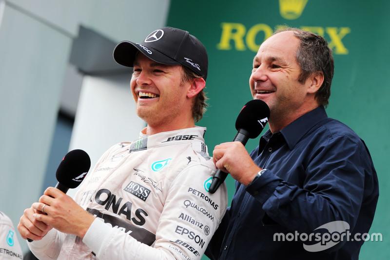 Juara balapan Nico Rosberg, Mercedes AMG F1 di podium bersama Gerhard Berger