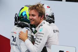 Juara balapan Nico Rosberg, Mercedes AMG F1 merayakan bersama team mate Lewis Hamilton, Mercedes AMG F1, dan Felipe Massa, Williams in parc ferme