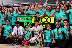 Juara balapan, Nico Rosberg, Mercedes AMG F1, dan team mate Lewis Hamilton, Mercedes AMG F1 merayaka