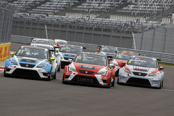 Mit Pepe Oriola, SEAT Leon, Craft Bamboo Racing LUKOIL; Andrea Belicchi, SEAT Leon, Target Competition, und Mikhail Grachev, SEAT Leon, Liqui Moly Team Engstler