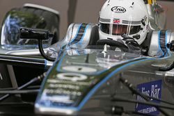 London Mayor Boris Johnson prova un'auto da Formula E car sul circuito di Battersea Park