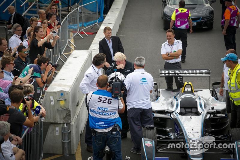 London Mayor Боріс Джонсон приміряє болід Formula E на треку Battersea Park